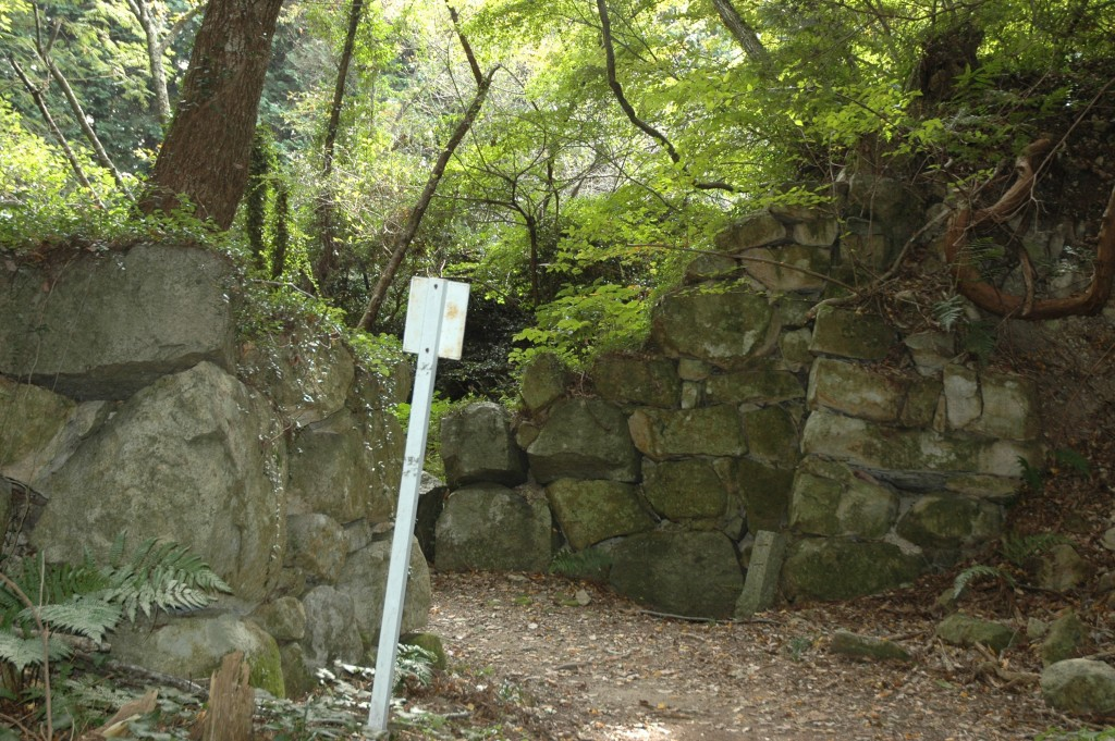 16世紀の石垣が現存する観音山城