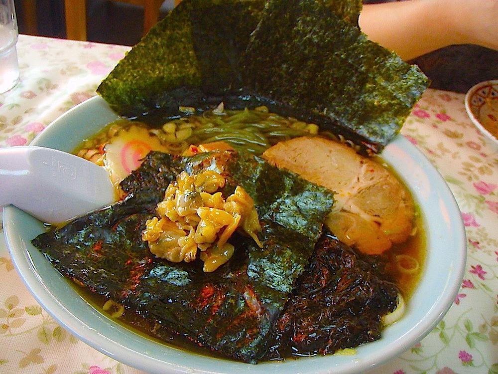 海苔ラーメン。富津名産の海苔を粉状にしてから麺に練っていくので緑色の艶のある麺が生まれる