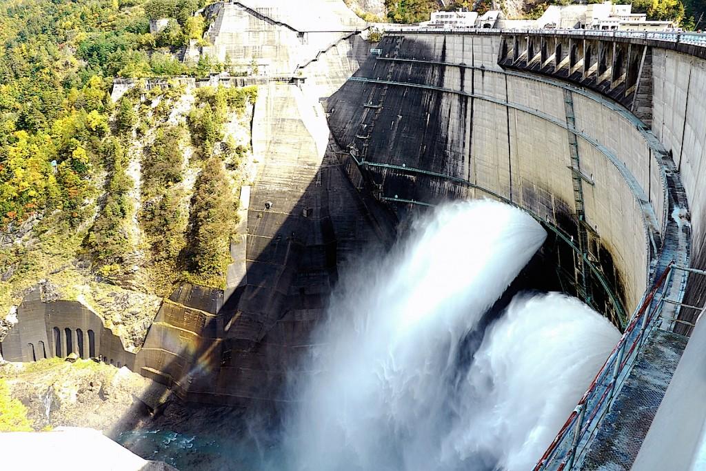 黒部ダムの放水風景