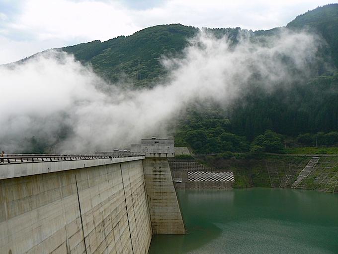 滝沢ダムの堰堤とダム湖「奥秩父もみじ湖」