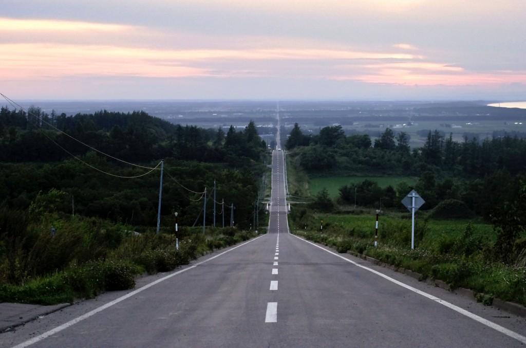 斜里町峰浜の高台から網走方面へと下り坂で始まる天空の道