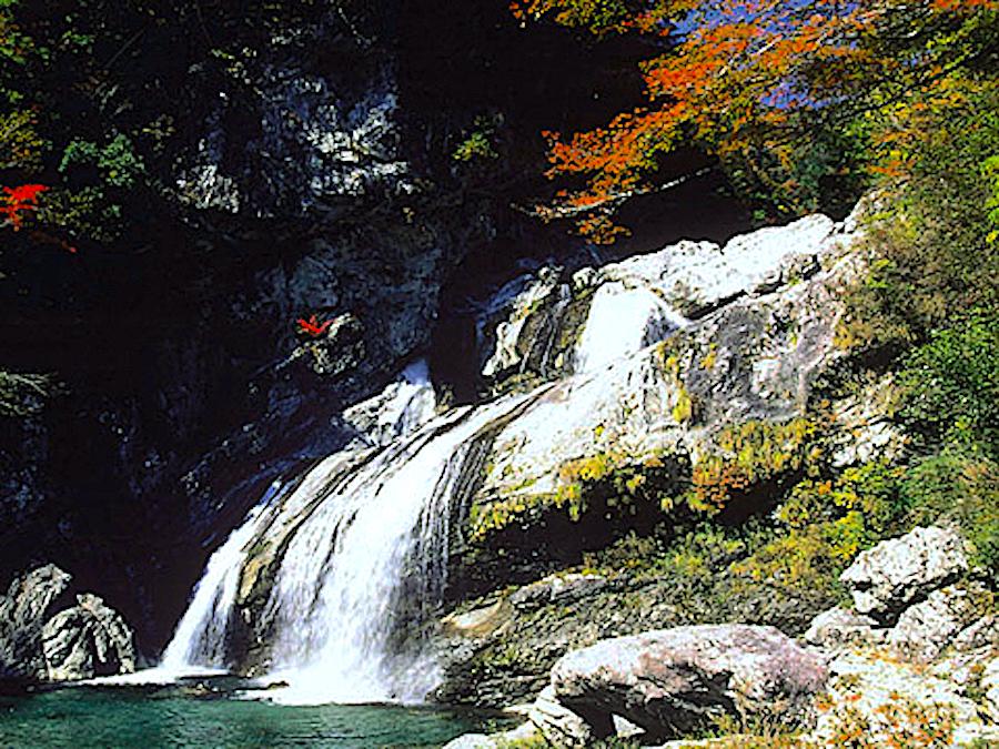 瀬戸川渓谷・アメガエリの滝