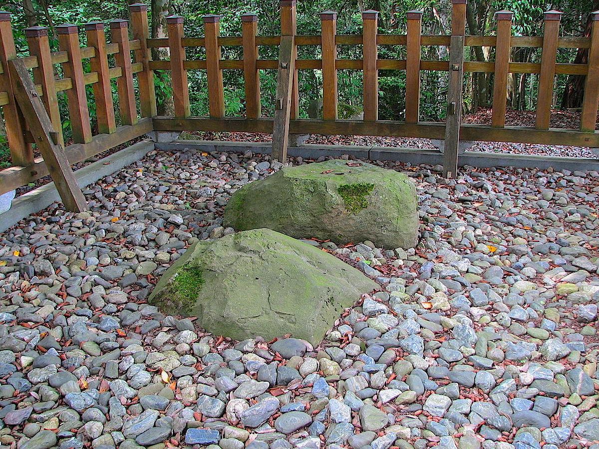 宇倍神社社殿背後にある双履石