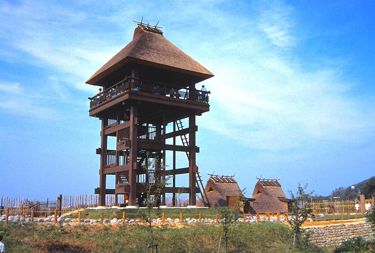 「弥生村」の高床式の展望塔