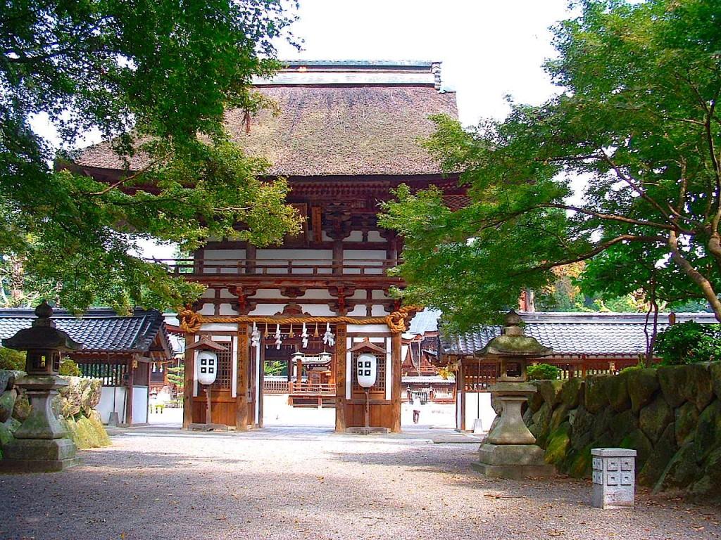 沙沙貴神社の楼門。江戸時代中期の建築ですが平安時代の様式を再現して佐々木さんのルーツらしい雰囲気です