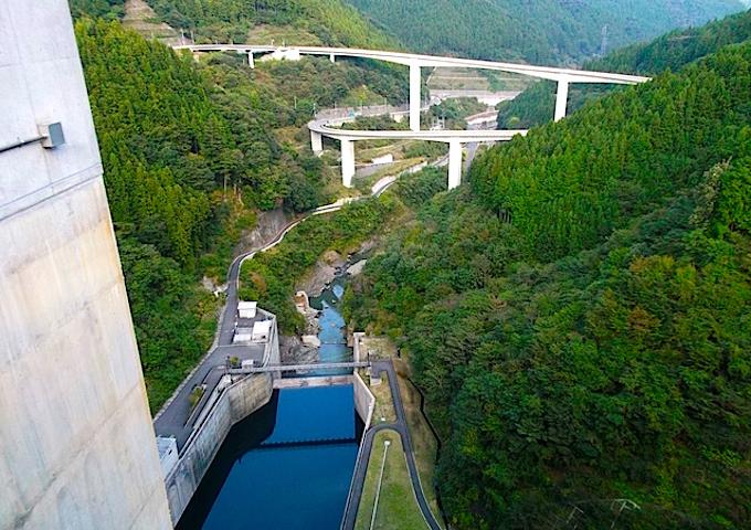 滝沢ダムから眺めたループ橋