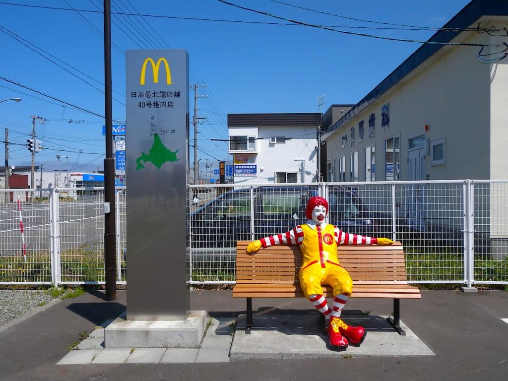 駐車場横にはドナルドベンチも設置されています