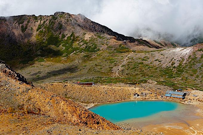 御嶽山剣ヶ峰から撮影した二ノ池と摩利支天山