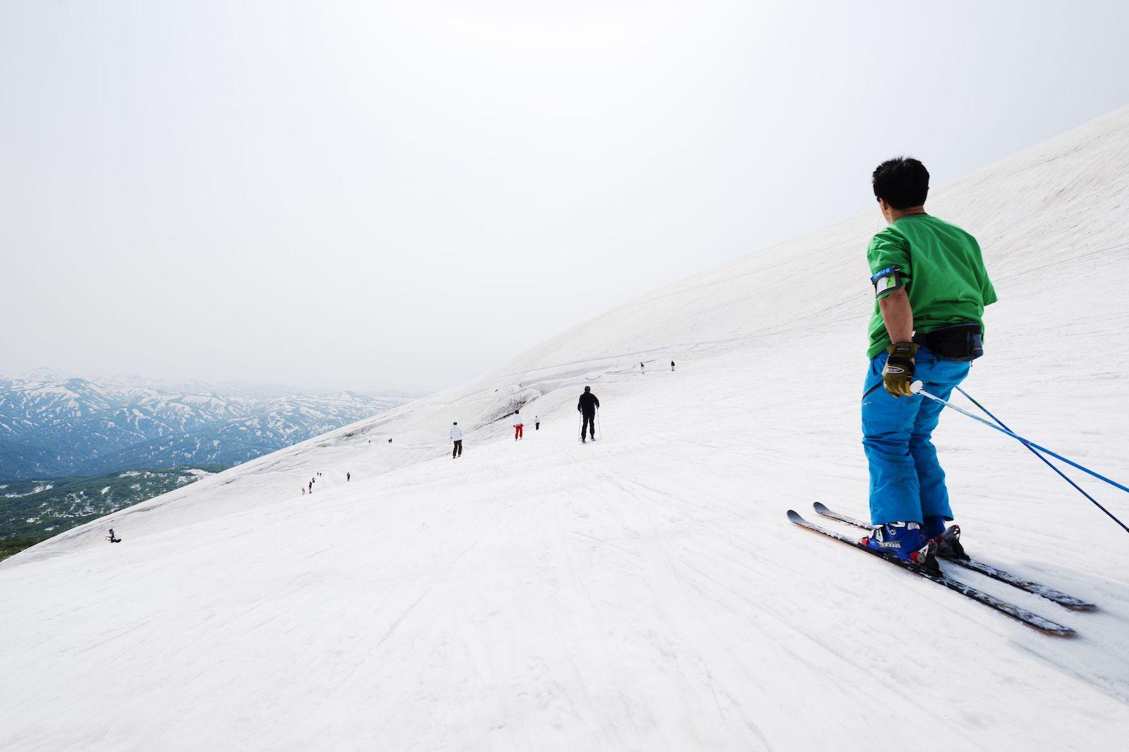 月山スキー場オープン/雪の回廊