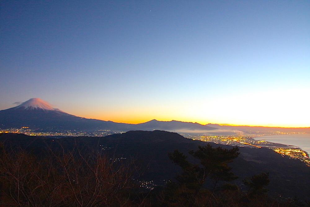 富士山を赤く焼きながら、初日の出が上ります