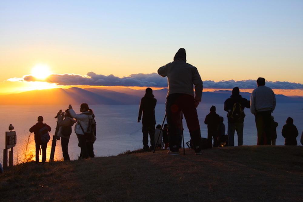 浜石岳山頂で日の出を待つ人々