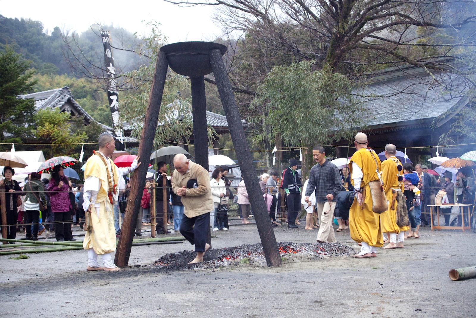 木原不動尊『春季大祭(火渡り)』