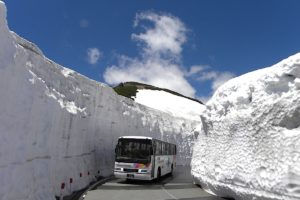 乗鞍エコーライン(乗鞍岳春山バス)/雪の回廊