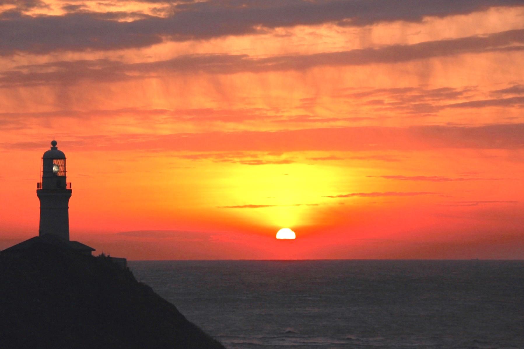 御前埼灯台を赤く染めての初日の出