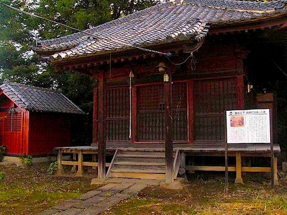 新町薬師堂は北関東最大の前方後円墳・米山古墳の西側に鎮座